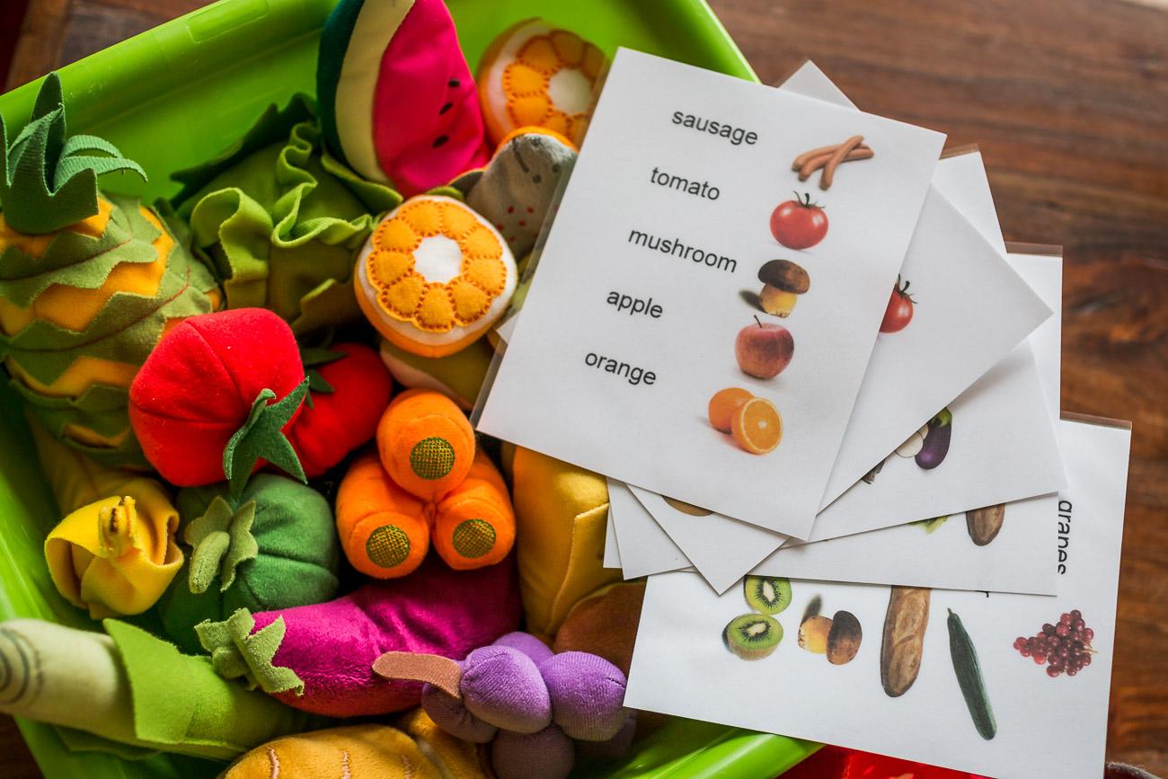 Jak wykorzystać zabawkowe warzywa i owoce do rozwoju językowego i nauki myślenia analitycznego?